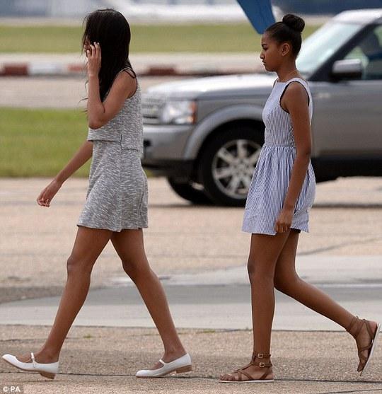 Bà Michelle cùng 2 con gái lên chuyên cơ tới Ý. Ảnh: PA