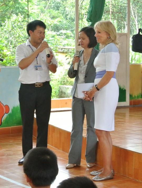 Phu nhân Phó Tổng thống Mỹ ôm bé gái trại trẻ mồ côi HIV/AIDS