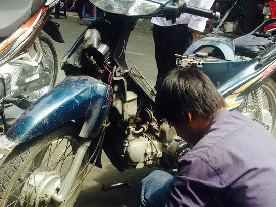 Gắn còi khủng cho xe máy trên đường Nguyễn Tiểu La (quận 10) Ảnh: PHẠM DŨNG
