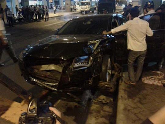 Hiện trường vụ tai nạn trước nhà ga quốc tế ở sân bay Tân Sơn Nhất tối 10-2 làm 11 người bị thương Ảnh: HẢI ÂU