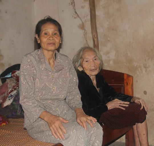Bà Nguyễn Thị Tám (phải) đau xót khi con mình hy sinh đã gần 50 năm nhưng đến nay vẫn chưa được công nhận liệt sĩ