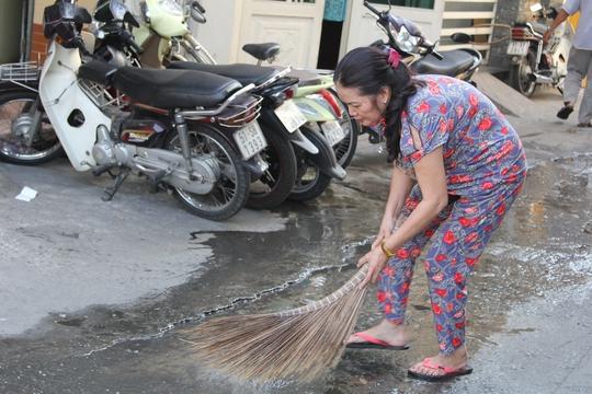 Người dân thu dọn nước thải từ chung cư 127 Đinh Tiên Hoàng