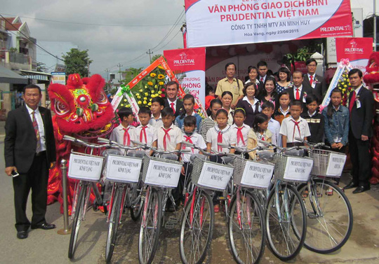 Trao tặng xe đạp cho học sinh nghèo, hiếu học