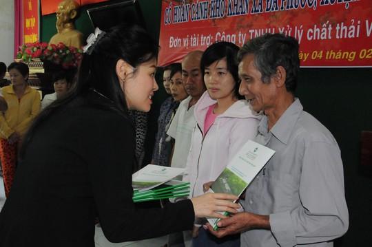 Bà Huỳnh Thị Lan Phương, Phó Tổng Giám đốc Công ty VWS tặng quà cho bà con nghèo xã Đa Phước, huyện Bình Chánh Ảnh: HỒNG THÚY