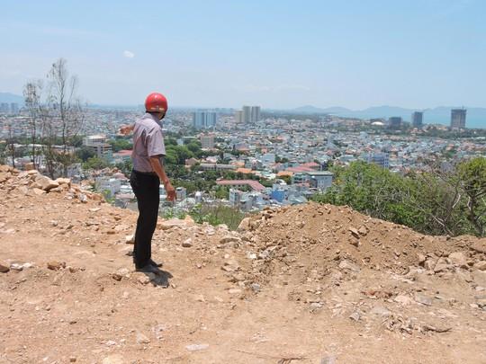Đất đá do Công ty Lang Phong đổ rơi xuống núi gây nguy hiểm cho những hộ dân phía dưới