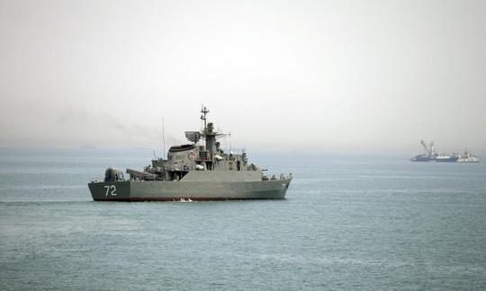 Một chiếc tàu chiến Iran đang ở eo biển Hormuz. Ảnh: AP