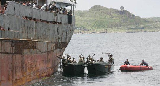 Philippines mua thêm tàu đối phó với ngư tặc. Ảnh: AP