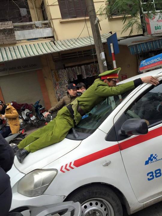 Hình ảnh công an phường bị hất lên nắp ca-pô ảnh: otofun