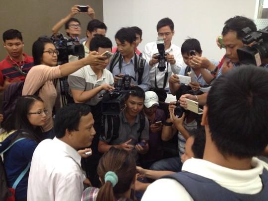 Chị Hồng trong vòng vây của các phóng viên sau khi nhận lại được 5 triệu yen