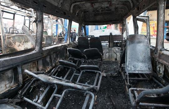 Xe buýt bị nã pháo phá hủy tan tành. Ảnh: TASS
