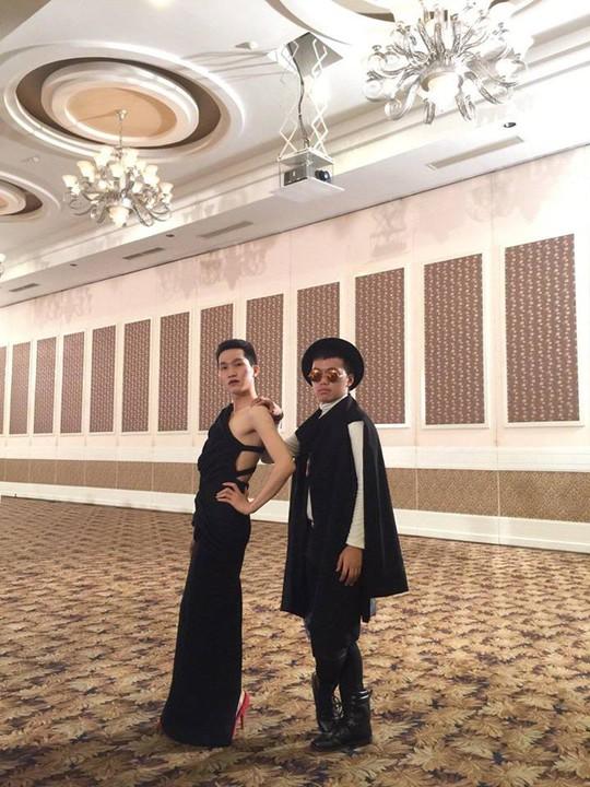 Người mẫu và thí sinh với trang phục lạ ở chương trình. Ảnh: Facebook