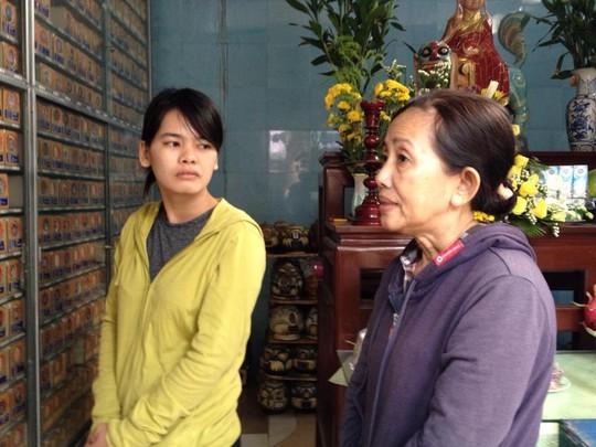 Đạo diễn Nguyễn Thị Thắm và chị gái của chị Hằng tại chùa