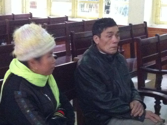 Ông Lý Văn Chúc- bố của Lý Nguyễn Chung- cùng vợ đến dự toà
