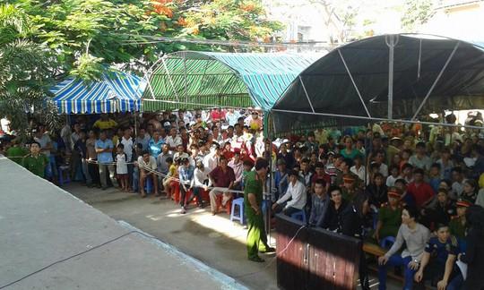 Hàng ngàn người đến theo dõi phiên tòa xét xử bị cáo Vẹn và đồng bọn