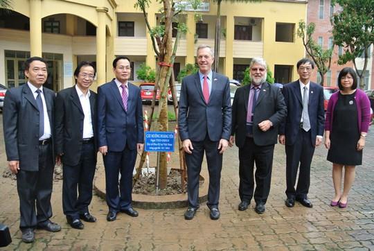 Đại sứ cùng các lãnh đạo của Đại học Quốc gia bên cây muồng hoàng yến vừa trồng tại khuôn viên của trường