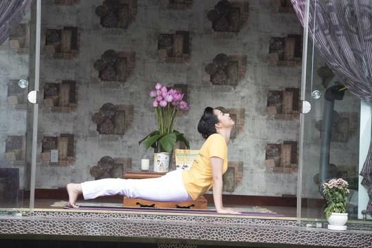Để giữ thân người võng xuống, hãy giữ cánh tay thẳng, hai bàn tay chống trên sàn, các ngón chân cuốn vào bên trong. Nhẹ nhàng ngửa đầu ra sau hết mức.