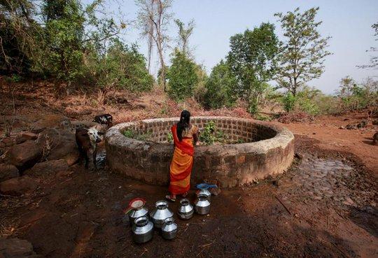 Dân làng Denganmal tới 2 cái giếng ở chân đồi lấy nước. Ảnh: Reuters