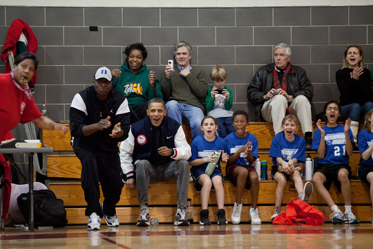 Ông Obama cổ vũ đội bóng rổ của con gái Sasha. Ảnh: AP