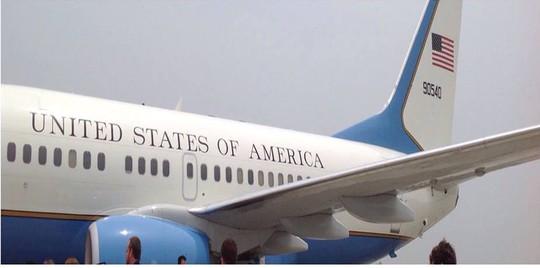 Chuyên cơ chở Đệ nhị phu nhân Jill Biden và phái đoàn Mỹ hạ cánh xuống bay Nội Bài lúc 11 giờ 30 giờ Hà Nội