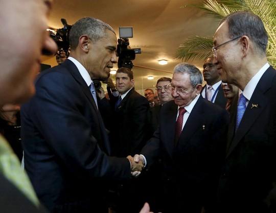 Tổng thống Mỹ Barack Obama và Chủ tịch Cuba Fidel Castro bắt tay nhau tại lễ khai mạc OAS tối 10-4. Ảnh: Reuters