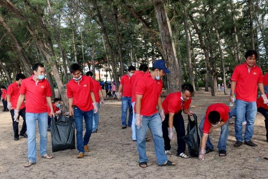 Thu gom rác thải, phế liệu... để làm sạch bãi biển Ảnh: TTXVN