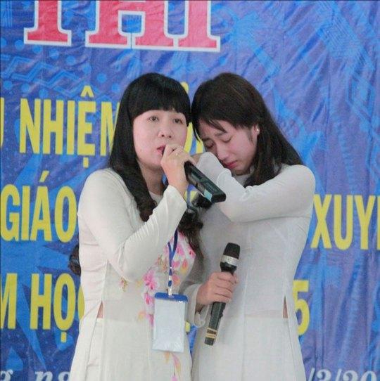Học trò Kiều Chinh (bên phải) rất xúc động trước sự quan tâm, giúp đỡ của cô giáo chủ nhiệm Nguyễn Thị Thương Hiền