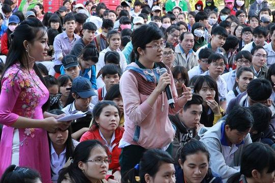 """Thí sinh dự chương trình """"Đưa trường học đến thí sinh 2015"""" tại tỉnh Ninh Thuận đặt câu hỏi cho ban tư vấnẢnh: HUY LÂN"""