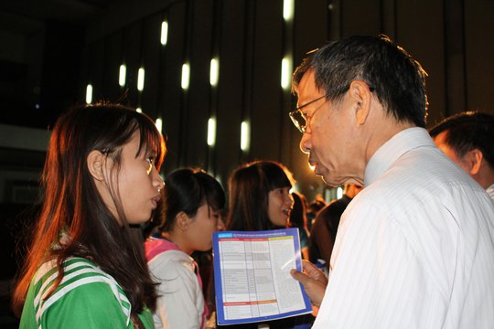 Ban tư vấn nhiệt tình giải đáp cho thí sinh đến phút cuối của chương trình Đưa trường học đến thí sinh 2015  Ảnh: HOÀNG TRIỀU