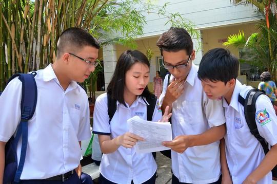Thí sinh xem lại đề bài sau môn thi toán trong kỳ thi tốt nghiệp THPT năm 2014 Ảnh: TẤN THẠNH
