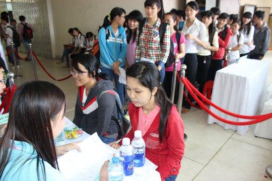 Cử nhân phỏng vấn xin việc tại ngày hội việc làm của Trường ĐH Nông Lâm TP HCM Ảnh: HUY LÂN
