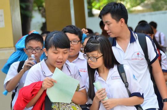 Thí sinh trao đổi sau một môn thi trong kỳ thi tuyển sinh vào lớp 10 tại TP HCM Ảnh: TẤN THẠNH