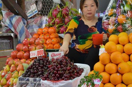 Trái cây nhập khẩu bán tại chợ Bà Chiểu, TP HCM Ảnh: TẤN THẠNH