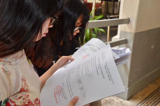 Kiểm tra phiếu điểm và giấy chứng nhận tốt nghiệp tạm thời tại Trường THPT Marie Curie, TP HCM Ảnh: TẤN THẠNH