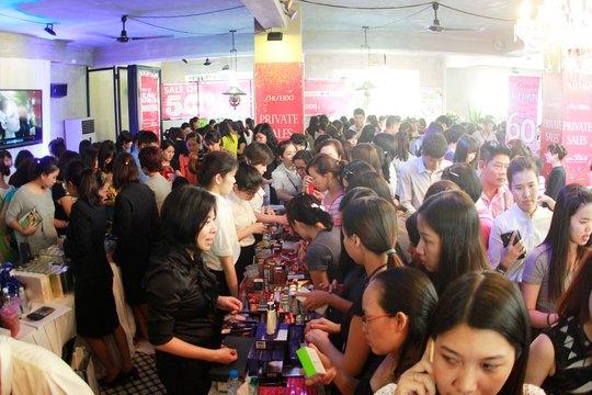 Khách chen nhau mua hàng giảm giá tại Khanh Casa Teahouse ngày 16-1 Ảnh: HOÀNG TRIỀU