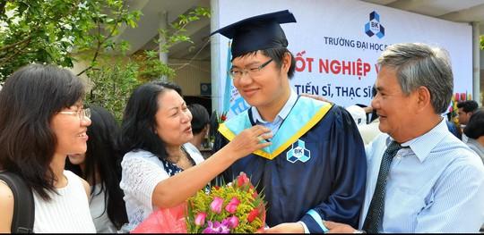 Một tân cử nhân Trường ĐH Bách khoa TP HCM trong ngày nhận bằng tốt nghiệp