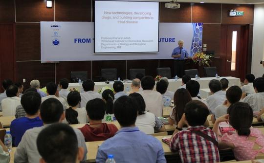 Các chuyên gia quốc tế thuyết trình tại hội thảo