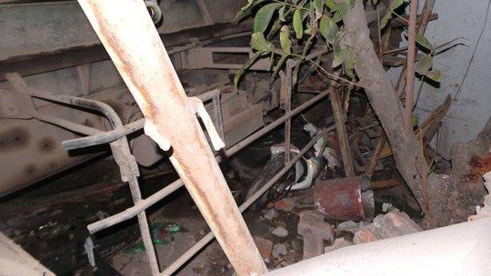 Một chiếc xe máy bị cuốn trong gầm- ảnh T.Tâm