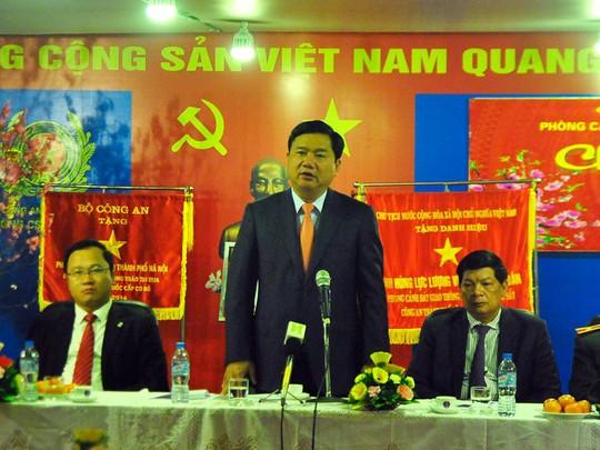 Bộ trưởng Đinh La Thăng- người đứng- đang phát biểu
