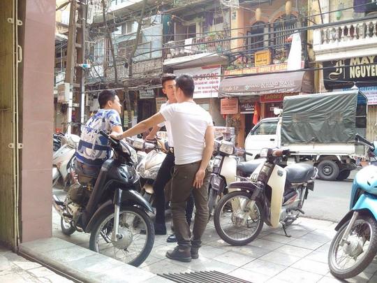 Bạn bè của Trang Trần đến thăm hỏi, trong đó có diễn viên Hiếu Nguyễn- người đứng giữa- người yêu trong phim của Mỹ chột trong phim Hương ga