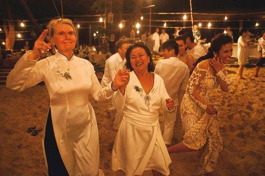 Cô dâu nhảy không bằng một góc má Mai và má chồng nên cô dâu cười quê xệ! Hé hé hé..
