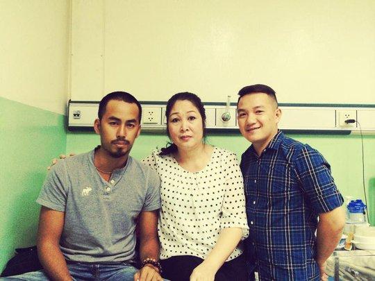 MC Anh Khoa cùng NSND Hồng Vân vào thăm Duy Nhân khi anh mới nhập viện