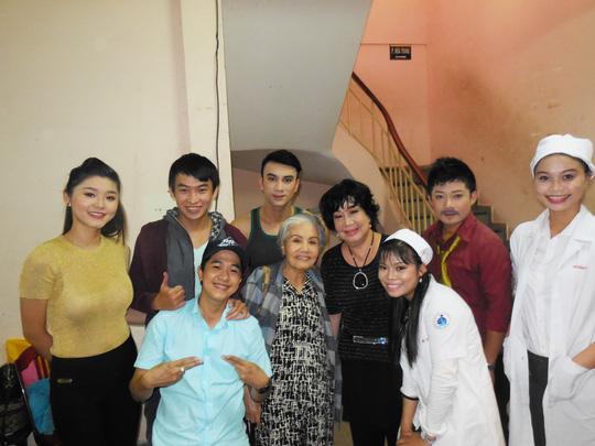 Nghệ sĩ Út Bạch Lan và Mỹ Chi cùng các nghệ sĩ trẻ đã đồng hành trong nhiều chương trình từ thiện, mang quá tặng người nghèo.