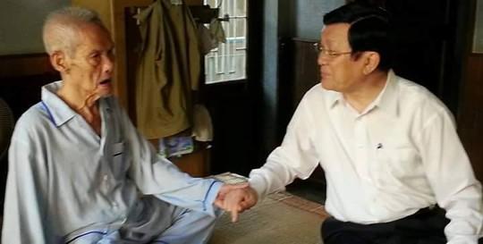 Chủ tịch nước Trương Tấn Sang thăm ông Nguyễn Thành Thơ vào dịp Tết Nguyên đán năm 2015.