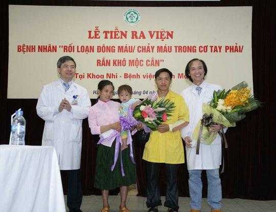 Gia đình bệnh nhi bên các bác sĩ ngày ra viện