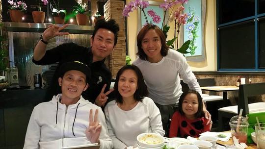 Hoài Linh cùng ia đình Việt Hương và nghệ sĩ Hoài Tâm