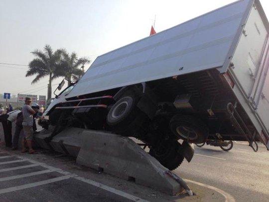 Chiếc xe nằm gọn trên dải phân cách sau khi đâm gãy biển báo giao thông
