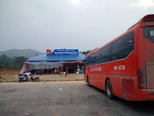 Trạm dừng chân trên địa bàn tỉnh Phú Thọ, hướng Hà Nội- Lào Cai cũng tạm bợ không kém