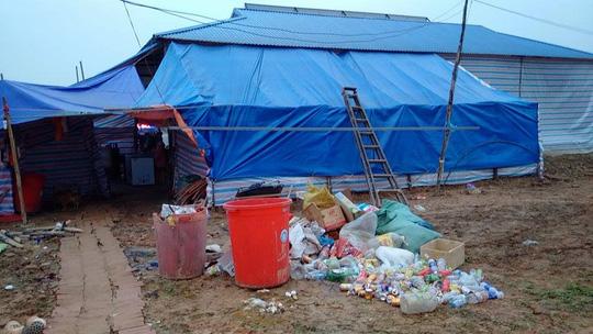 Bãi rác và cảnh mất vệ sinh ngay sau khu vực bán hàng, dịch vụ ăn uống phục vụ hành khách