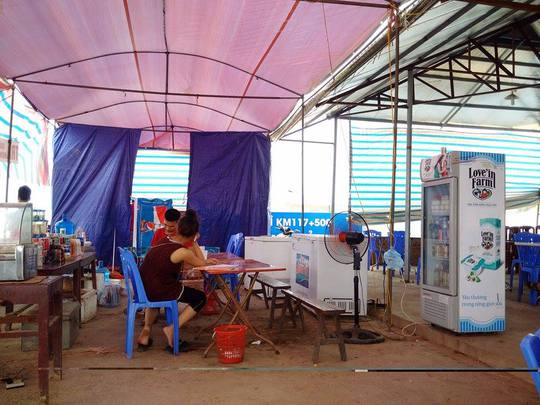 Hình ảnh tạm bợ của trạm dừng chân đầu Yên Bái, hướng Hà Nội- Lào Cai