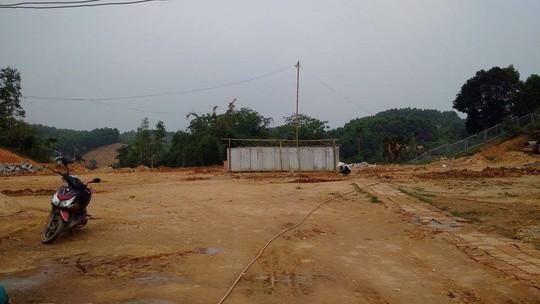 Nhà vệ sinh tại trạm dừng chân ở Yên Bái được quây bằng tấm lợp